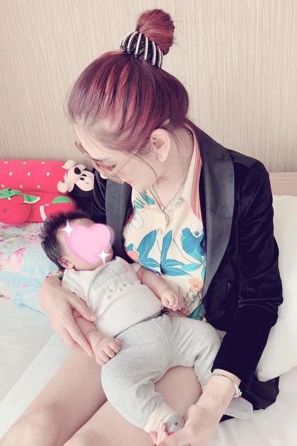 Lâm Khánh Chi cho biết con trai cô rất giống bố.