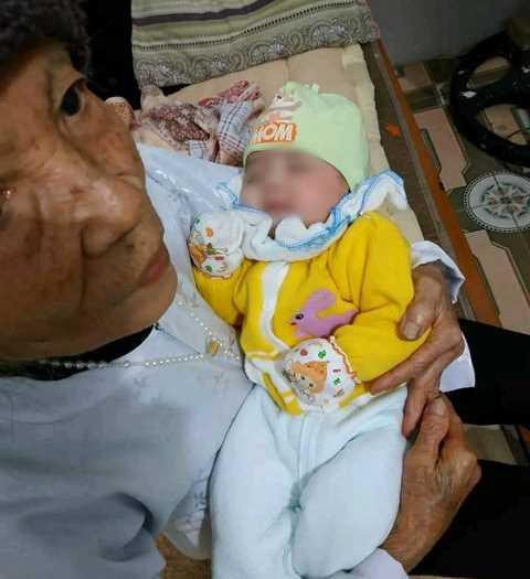 Cháu bé đang được người dân chăm sóc. Ảnh: Tùng Nguyễn