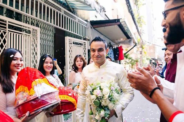 Chú rể người Ấn đến đón dâu trong sáng 14/1. Anh tên là Vikas, một doanh nhân Ấn Độ đang kinh doanh đá hoa cương tại Việt Nam. Được biết, doanh nhân này quen Võ Hạ Trâm trong một buổi tiệc ở TP HCM. Cặp đôi hẹn hò hơn một năm thì quyết định về chung nhà.