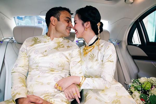 Cô và chồng không quên trao nhau những cử chỉ tình tứ.