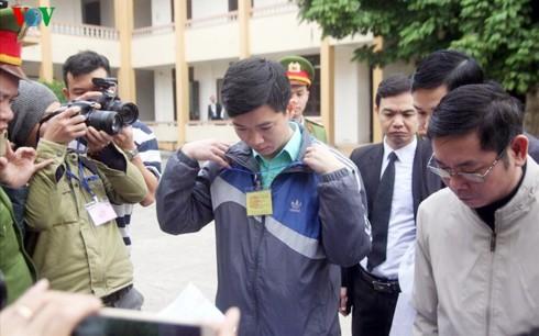 Bị cáo Hoàng Công Lương làm thủ tục dự phiên tòa sáng 14/1.