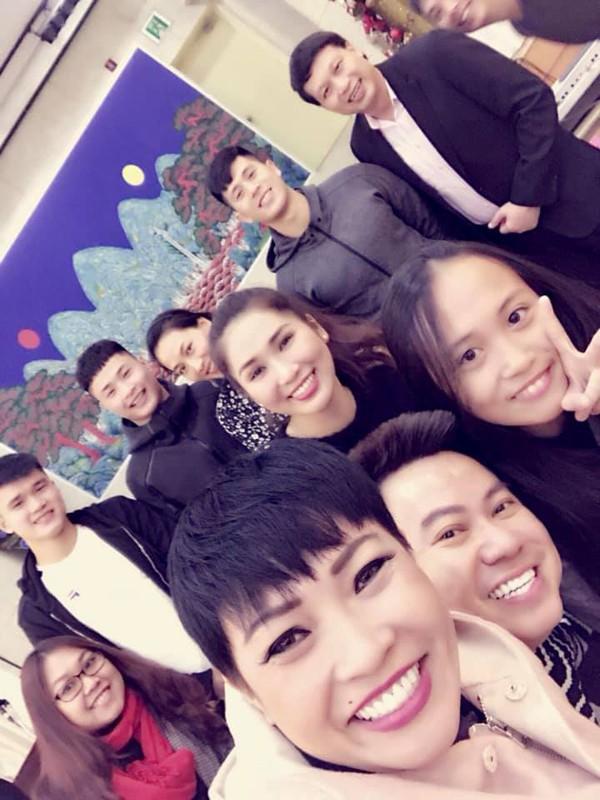 Mẹ con Phương Thanh và các cầu thủ cùng tham gia bữa tiệc của Đại sứ quán Việt Nam ở Seoul.
