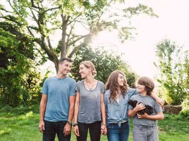 Gia đình trẻ gồm 4 thành viên.