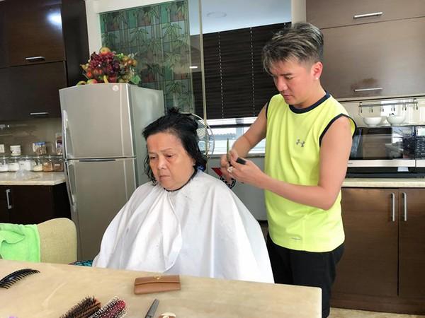 Khoảnh khắc ông hoàng nhạc Việt tỉ mỉ cắt tóc cho mẹ.