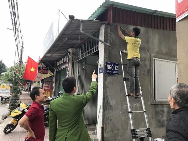 Công an cùng người dân khảo sát việc lắp đặt camera an ninh tại P. Bắc Hà, TP Hà Tĩnh. Ảnh: C.Cường