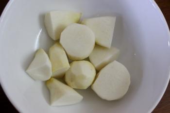 Bước 1: Khoai sọ, cà rốt gọt vỏ, rửa sạch, cắt miếng vừa ăn