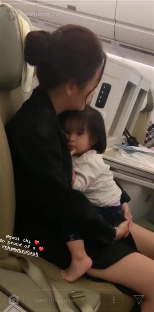 Hình ảnh Phạm Quỳnh Anh co ro ôm con gái nhỏ khiến cư dân mạng và bạn bè vô cùng xúc động