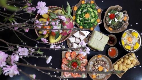 Ngắm mâm cơm cúng rằm tháng Chạp được chuẩn bị vô cùng cầu kỳ và đẹp mắt gồm các món: canh nấm chay; dạ dày hầm tiêu đen; cá trắm đen hấp hành; tôm hấp bia; súp lơ luộc; hoa quả tươi.