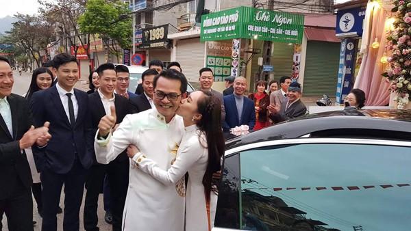 NSND Trung Hiếu hạnh phúc khi được vợ trẻ đẹp yêu thương.
