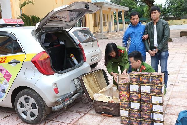 Các đối tượng thuê taxi để vận chuyển pháo lậu nhằm qua mắt lực lượng chức năng. Ảnh: CAHT