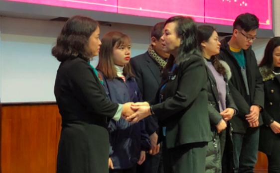 Bộ trưởng Nguyễn Thị Kim Tiến xúc động tri ân gia đình người hiến tạng