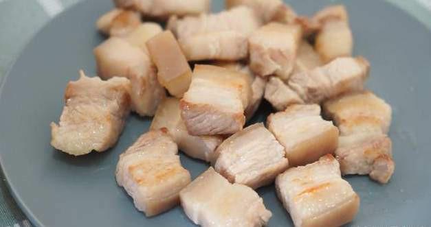 Cho đường vào chảo, đun cho tan chảy vào có màu cánh gián thì đổ thịt vào đảo đều cho đến khi thịt được bám đều đường có màu đỏ rất đẹp.