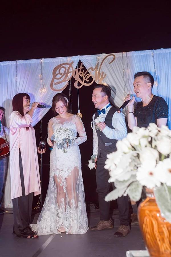 Trong tiệc cưới tại Bình Thuận, vợ chồng Tiến Đạt đã có những giây phút vui vẻ khi được Phương Thanh, Kỳ Phương lên sân khấu hát mừng.