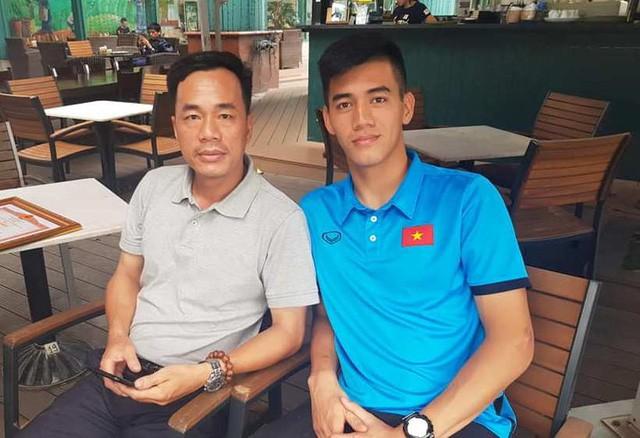 Ông Quyền cùng con trai - cầu thủ Tiến Linh. Ảnh: T.Q