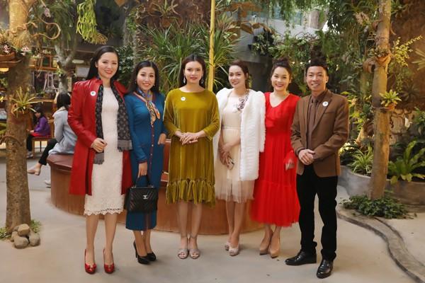Việt Hoàn, Ngọc Anh cùng dàn Sao mai.