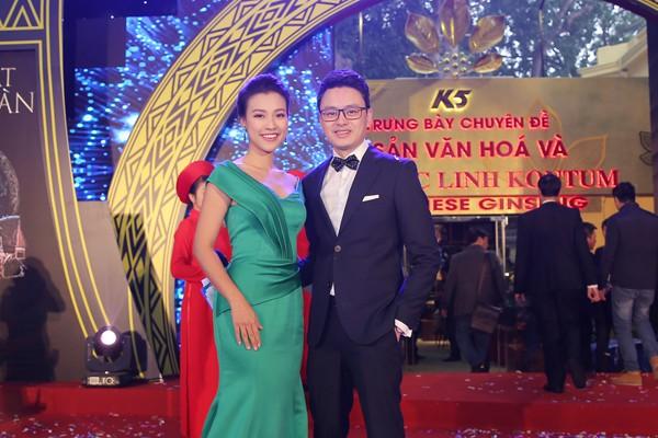 Á hậu Hoàng Oanh cùng MC VTV Hữu Bằng.