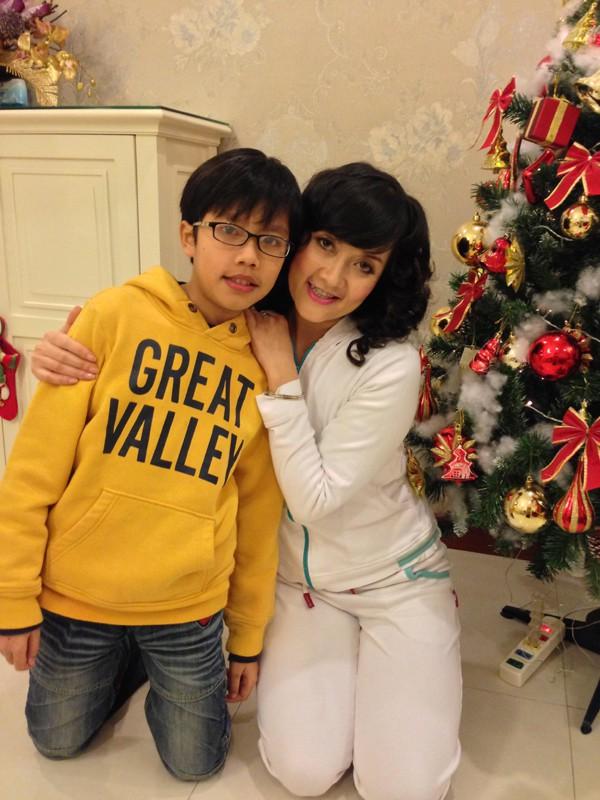 Bà Táo hạnh phúc bên con trai nhỏ.