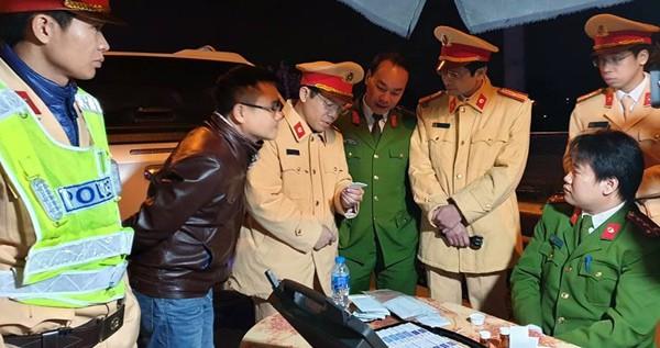 Tổ công tác thực hiện kiểm tra ma túy đối với các tài xế lái xe tải, xe container, xe khách đường dài tối ngày 21/1.