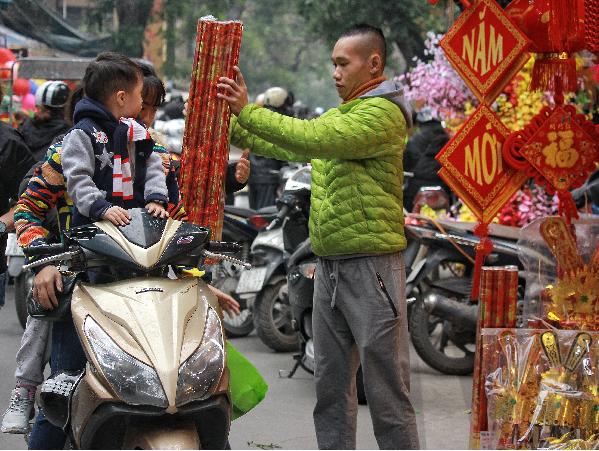 Theo quy định của pháp luật cấm các loại pháo đốt, vì vậy pháo giấy là lựa chọn phù hợp cho nhiều gia đình.