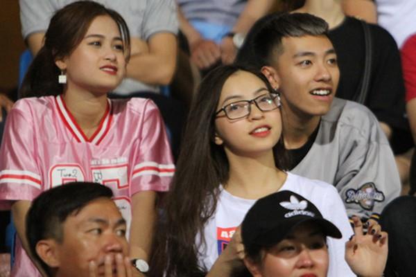 Bạn gái Quang Hải (áo trắng) thường xuyên âm thầm đi cổ vũ cho người yêu.