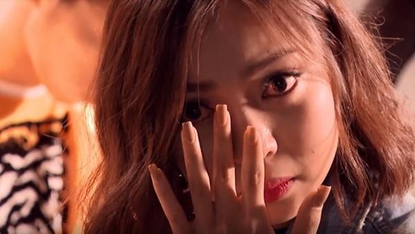 Nhật Lê khóc vì dừng chân sớm trong một cuộc thi âm nhạc có Hương Tràm làm giám khảo.