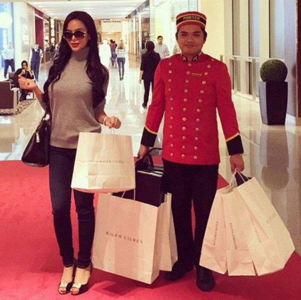 Tài khoản Instagram này hiện thu hút hơn 230.000 lượt theo dõi. Đây là nơi để các rich kid ở Dubai khoe về các buổi tiệc sang chảnh, các món ăn thượng hạng, chiến tích mua sắm quần áo hàng hiệu mà không sợ mệt vì đã có nhân viên theo xách đồ.