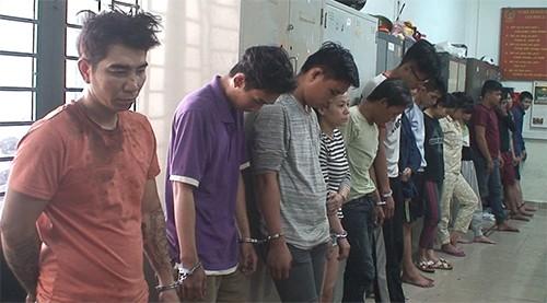 Hơn 10 người bị bắt trong tiệc ma tuý. Ảnh: Quốc Thắng.
