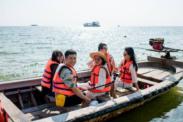 Vũ Dino và nhóm bạn cùng tham gia tour khám phá đảo Đồi Mồi tại Vinpearl Discovery Phú Quốc