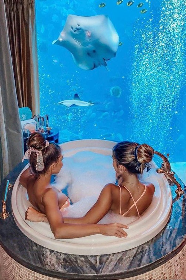 Hai tiểu thư cùng thư giãn và ngâm mình trong bồn tắm trước thủy cung Atlantis The Palm.