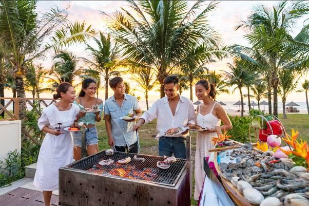 Tiệc BBQ hay lẩu tại bể bơi riêng hay sân vườn của villa tại Vinpearl Discovery mang lại không gian gắn kết và trải nghiệm ẩm thực ngoài trời tuyệt vời dành cho các thành viên