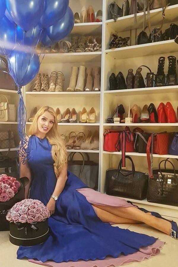 Tiểu thư Kara Murray khoe tủ giày, túi hàng hiệu. Hội con nhà giàu Dubai sinh ra đã được thừa kế khối tài sản khổng lồ từ cha mẹ nên thoải mái mua sắm mà không cần lo nghĩ đến tiền.