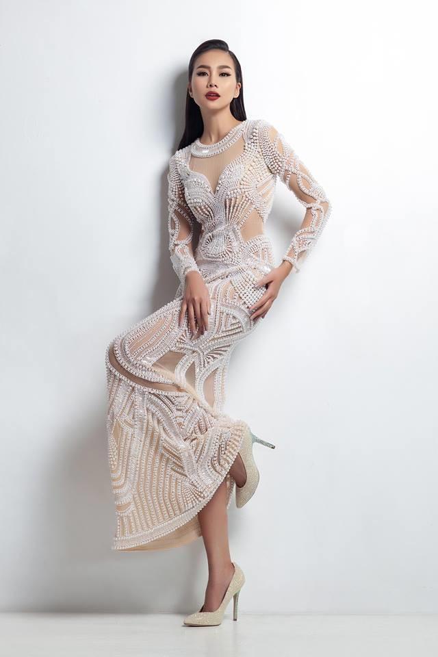 Đặc biệt, những thiết kế xuyên thấu giúp người đẹp nhẹ nhàng đốn tim người hâm mộ, khoe đôi chân dài 1m12.