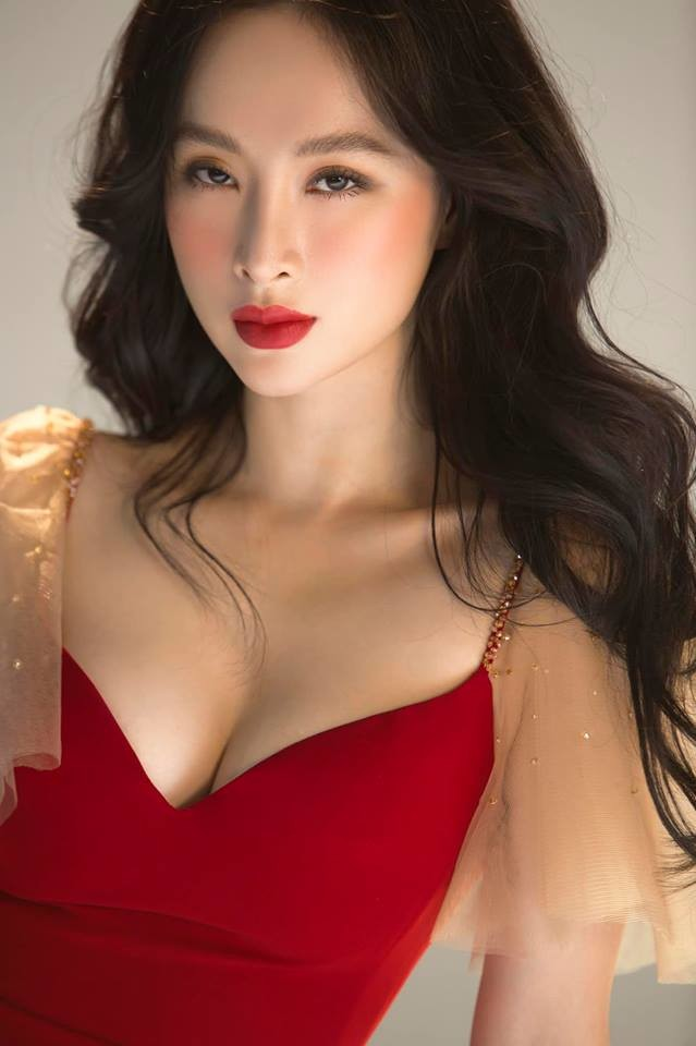 Không cần bikini, Angela Phương Trinh cũng chặt đẹp dàn mỹ nhân Việt bởi trang phục phô diễn thềm ngực căng tràn của mình như thế này.