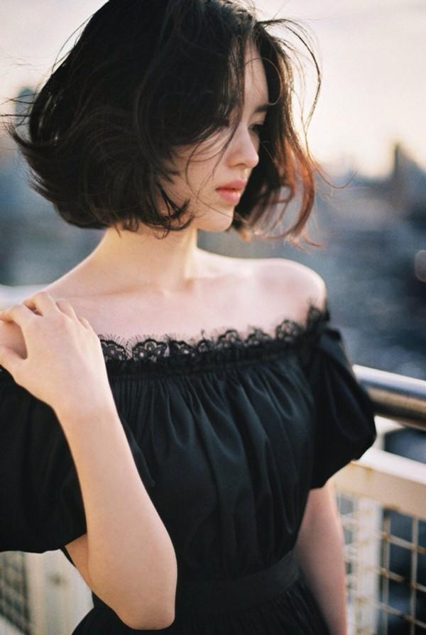 Những lọn tóc xoăn gợn ở phần đuôi sẽ giúp đường nét trên gương mặt của bạn mềm mại và yêu kiều hơn.
