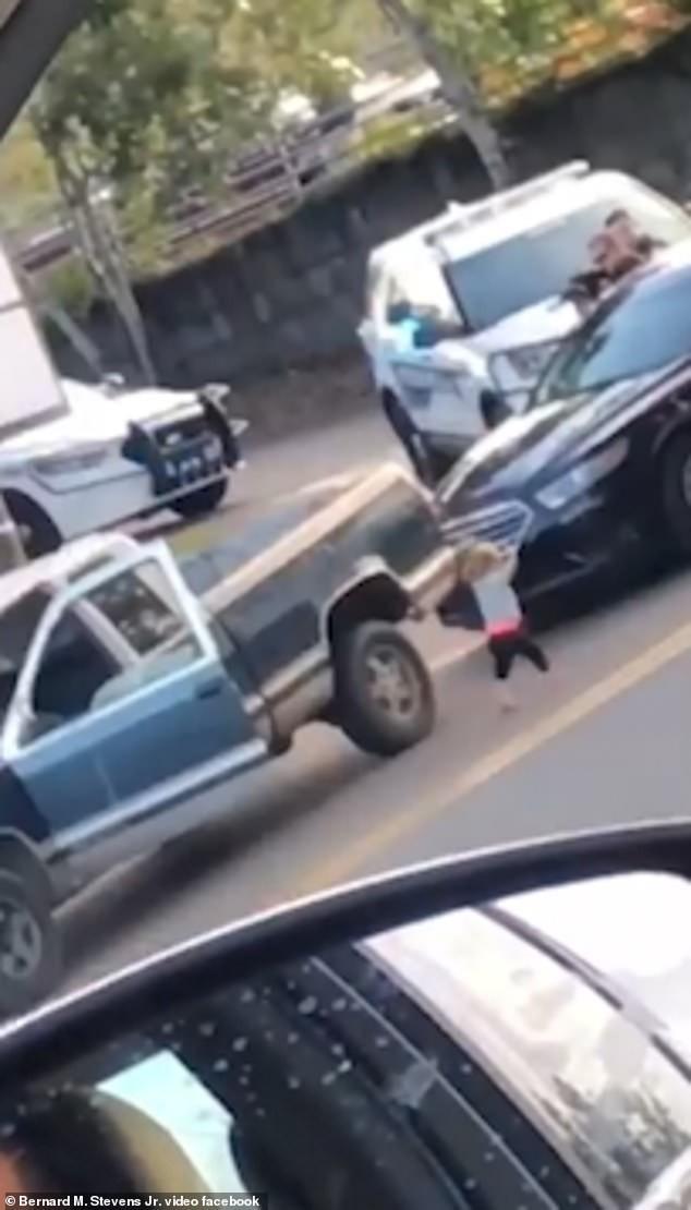 Bé gái 2 tuổi trèo ra khỏi xe với đôi chân không đi giày, tất
