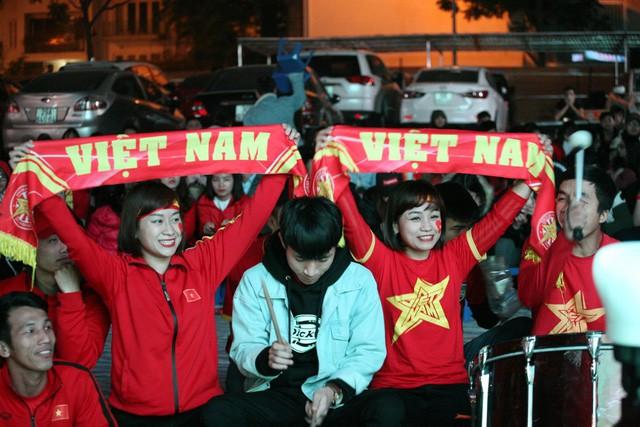 Mặc dù không giành được thắng lợi trước Nhật Bản tối qua, nhưng tình yêu của triệu trái tim đối với đội tuyển Việt Nam không bao giờ vơi cạn. Ảnh: M.Trà