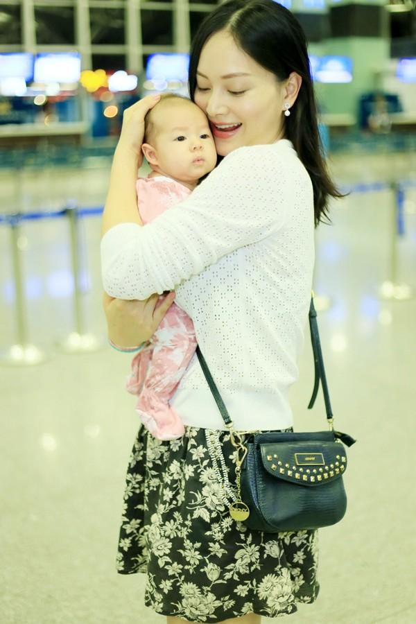 Lan Phương hạnh phúc bên con gái nhỏ.