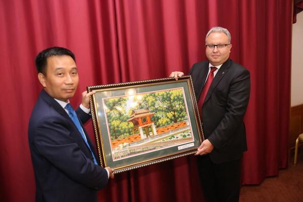 Tổng Giám đốc EVNNPT Nguyễn Tuấn Tùng tặng quà lưu niệm cho ông Andrey Murov - Chủ tịch HĐQT kiêm Tổng Giám đốc FGC UES