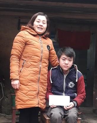 Cô Vừ Thị Kía - Phó hiệu trưởng Trường THCS nội trú Sủng Là thay mặt Báo Gia đình & Xã hội trao quà cho bé Vừ Mí Pó.