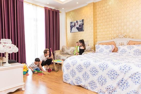 Phòng ngủ cũng được chủ nhân chọn hai tông màu trắng và vàng. Ca sĩ sinh năm 1983 tiết lộ phòng ngủ rộng hơn 100 m2 đủ cho cả gia đình quây quần, vui chơi.