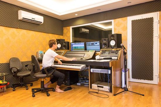 Đăng Khôi đầu tư một phòng thu hiện đại trong nhà. Tất cả thiết bị đều được nam ca sĩ đặt mua từ các hãng nổi tiếng ở nước ngoài.