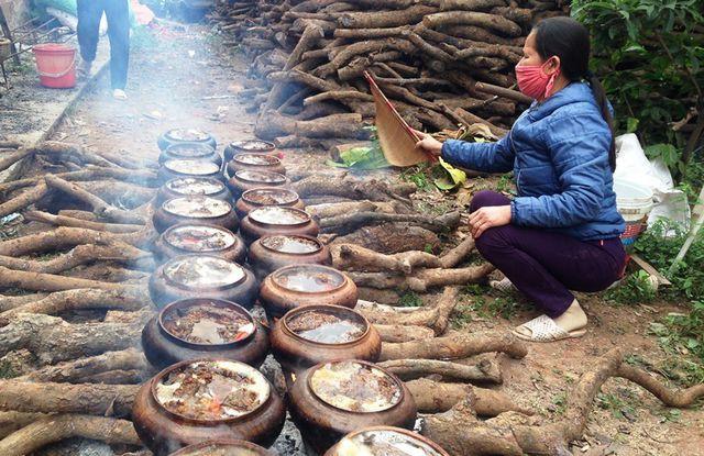 Cuối năm là dịp khách hàng đặt hàng đông nên cả làng Hòa Hậu nổi lửa nấu cá phục vụ thực khách