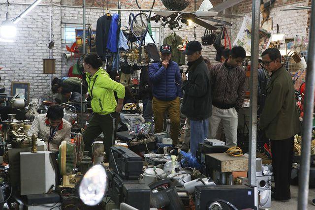 Trợ nằm trong khu vực gồm nhiều dãy phố ở sát ven đường Tố Hữu, các cửa hàng san sát được bày biện đơn giản, vào ngày phiên nhiều người trải bạt xuống vỉa hè để bày hàng.