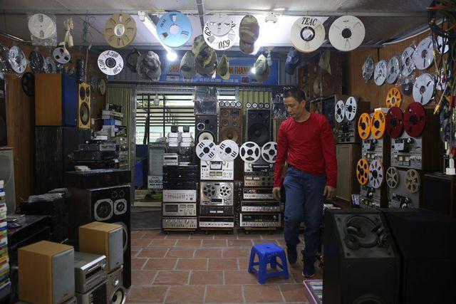 Một gian hàng bán các loại máy nghe nhạc lớn nhất trong chợ. Ở đây có đủ loại đầu máy từ thờ băng cối to như cái đĩa, cho đến các loại loa thùng 50 chục năm tuổi.