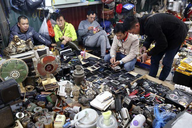 Vô số điện thoại cũ được bày bán, có chiếc còn sử dụng được nhưng nhiều chiếc đã hỏng chỉ sử dụng để lấy linh kiện.
