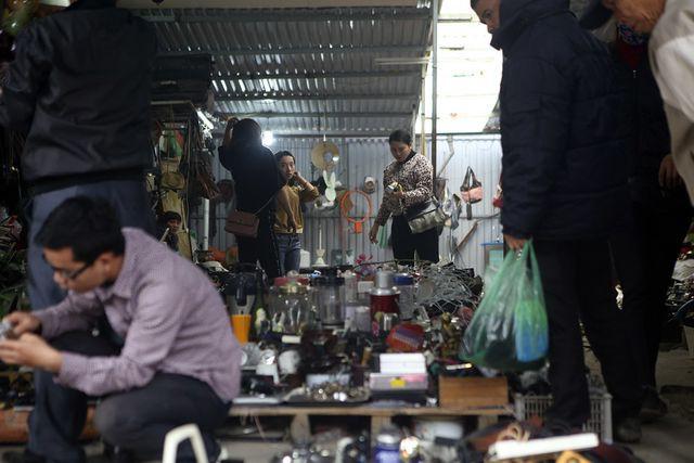 Trước đây chợ vốn là chợ cây cảnh của Hà Đông, cách đây khoảng 3 năm xuất hiện vài gian đồ cũ, dần dần các cửa hàng nhiều lên và hình thành nhộn nhịp như ngày nay.