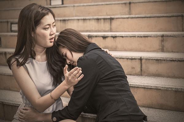 Rồi cô ấy ôm tôi và khóc, cô ấy hứa sẽ thương con tôi như một người mẹ. (Ảnh minh họa)