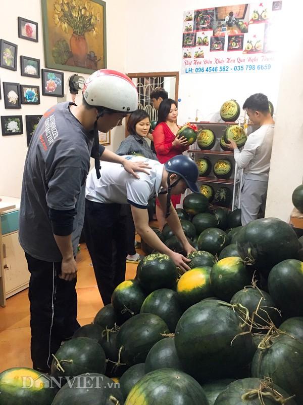 Dưa hấu nghệ thuật thu hút sự chú ý của người dân cả nước. Hiện tại, khách đặt hàng của anh Việt khá đông, không chỉ ở Thủ đô mà còn ở các tỉnh thành lân cận.