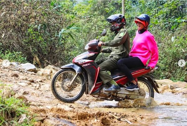 Những ngày giáp Tết nguyên đán, Hhen Niê còn cất công lên Sơn La đi mang niềm vui Tết đến bà con có hoàn cảnh khó khăn.