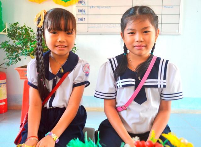 Hai học sinh Như Ý và Ngọc Ý (từ phải qua). Ảnh: Phú Thuận.